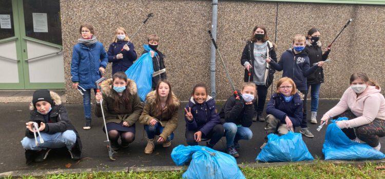 Mücker Schüler auf Müllsuche